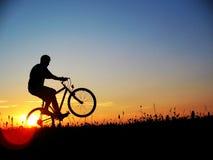 Avec le vélo avant coucher du soleil Photographie stock libre de droits