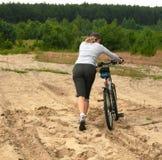 Avec le vélo sur le terrain dur Images libres de droits