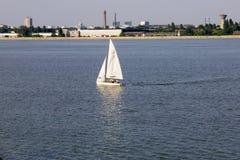 Avec le yacht à Bucarest Photographie stock libre de droits