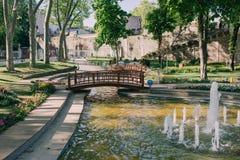 Avec les fontaines et le pont de parc Photo stock
