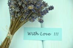 Avec les souhaits d'amour et le bouquet des fleurs sensibles de lavande Photographie stock libre de droits
