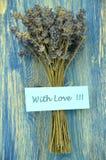 Avec les souhaits d'amour et le bouquet des fleurs sensibles de lavande Photo libre de droits