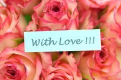 Avec les souhaits d'amour et le bouquet des roses magnifiques Photographie stock