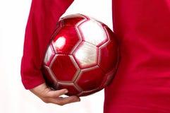 Avec un football dans un ⦠de main Images stock