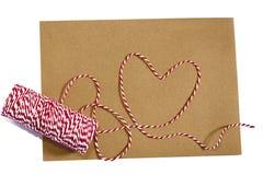 Avec un ruban, corde rouge, blanc, enveloppe, signification, amour Photo libre de droits