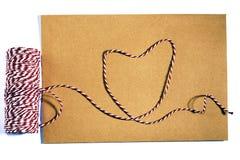 Avec un ruban, corde rouge, blanc, enveloppe, signification, amour Images libres de droits