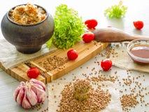 Aveia em flocos de trigo mourisco, tomates, mel do óleo vegetal Imagem de Stock
