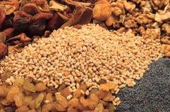 A aveia em flocos do trigo em uma lona ensaca com fruto, nozes e papoila Fotos de Stock