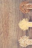 Aveia em flocos do trigo mourisco e do painço, conceito saudável, sem glúten do alimento, espaço da cópia para o texto a bordo Fotografia de Stock Royalty Free