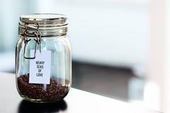 A aveia lasca-se nos recipientes de vidro na tabela Fotografia de Stock