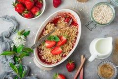 A aveia saudável do ruibarbo e da morango do vegetariano desintegra a torta para a ruptura Imagens de Stock Royalty Free