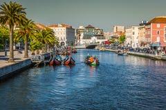 Aveiro, Portogallo - 22 maggio 2015: Vela delle barche di Moliceiro lungo la c Fotografia Stock Libera da Diritti