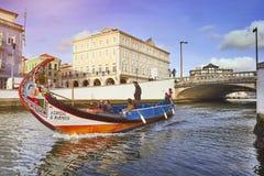 AVEIRO, PORTOGALLO - 21 MARZO 2017: Il canale principale della città con la barca Fotografia Stock