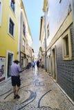 Aveiro/Portugal Augusti 13, 2017 Gator av den färgrika cobblestoen Arkivfoto