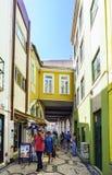 Aveiro, Portugal 23 de agosto de 2017 Adoquines estrechos típicos del mosaico Imagen de archivo libre de regalías