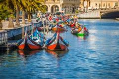 Aveiro, Portugal - 22 de maio de 2015: Vela dos barcos de Moliceiro ao longo do c Imagem de Stock