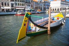 Aveiro, Portugal - 22 de maio de 2015: Vela dos barcos de Moliceiro ao longo do c Imagens de Stock Royalty Free