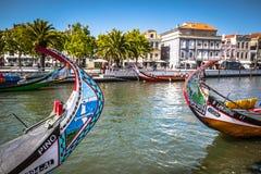 Aveiro, Portugal - 22 de maio de 2015: Vela dos barcos de Moliceiro ao longo do c Fotos de Stock Royalty Free