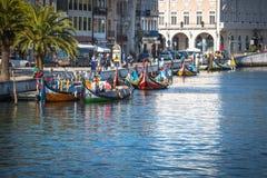 Aveiro, Portugal - 22 de mayo de 2015: Barcos tradicionales en Aveiro Imagen de archivo libre de regalías