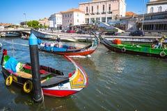 Aveiro, Portugal - 22 de mayo de 2015: Vela de los barcos de Moliceiro a lo largo de la c Foto de archivo libre de regalías