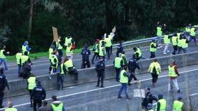Aveiro, Portugal - 21. Dezember 2019: Gelbe Jacken, die in der Mitte der Straße EN109 und zerstreut worden sein würden von der Po stock video footage