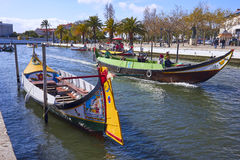 AVEIRO, PORTUGAL - 21. MÄRZ 2017: Vouga-Fluss mit traditionellen Booten Lizenzfreies Stockfoto