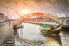 AVEIRO, PORTUGAL - MAART 21, 2017: De Vouga-rivier met brug Stock Afbeelding