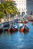 Aveiro, Portugal - 22 mai 2015 : Voile de bateaux de Moliceiro le long du c Image stock