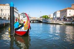 Aveiro Portugal - 22 Maj, 2015: Moliceiro fartyg seglar längs cet Arkivbild