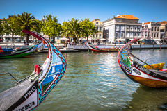 Aveiro Portugal - 22 Maj, 2015: Moliceiro fartyg seglar längs cet Royaltyfria Foton