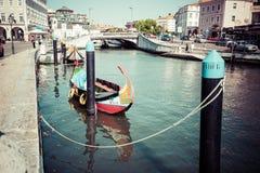 Aveiro Portugal - 22 Maj, 2015: Moliceiro fartyg seglar längs cet Arkivfoton