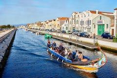 Aveiro/Portugal - 08 12 2017: Sikt för vattenkanal med fartyget i Aveiro, Portugal Arkivbild
