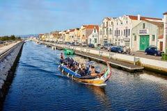 Aveiro/Portugal - 08 12 2017: Sikt för vattenkanal med fartyget i Aveiro, Portugal Arkivfoton