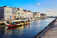 Aveiro/Portugal - 08 12 2017: Sikt för vattenkanal med fartyget i Aveiro, Portugal Royaltyfri Fotografi