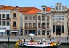 Aveiro Portugalia, Czerwiec, - 21 06 2015: Gondole spaceruje turystów przez ria Aveiro, Portugalia Obrazy Stock