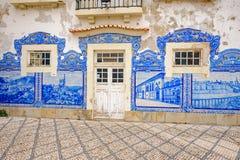 Aveiro stacja kolejowa jest Historycznym budynkiem ornamentującym z wiele typowymi błękitnymi Azulejos panel Zdjęcia Royalty Free