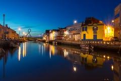 Aveiro-Stadt bis zum Nacht - Ansicht von einem der Kanäle Lizenzfreie Stockbilder
