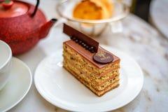 Avelã da barra da pastelaria com o bolo de chocolate do leite Fotos de Stock Royalty Free
