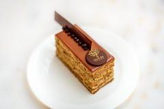 Avelã da barra da pastelaria com o bolo de chocolate do leite Imagens de Stock