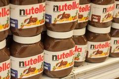 A avelã do chocolate de Nutella da exposição espalhou com cacau na prateleira no supermercado de Cora Imagem de Stock Royalty Free