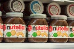 A avelã do chocolate de Nutella da exposição espalhou com cacau na prateleira no supermercado de Cora Foto de Stock Royalty Free