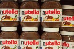 A avelã do chocolate de Nutella da exposição espalhou com cacau na prateleira no supermercado de Cora Foto de Stock