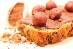 Avellana y rebanadas de pan con crema del chocolate Imagen de archivo libre de regalías
