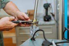 Avellanador y horno del gas en una cocina fotografía de archivo
