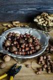 Avellanas, cacahuetes, nueces en una tabla de madera Foto de archivo libre de regalías