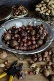 Avellanas, cacahuetes, nueces en una tabla de madera Imágenes de archivo libres de regalías