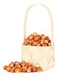 Avellanas en cesta de madera Foto de archivo libre de regalías