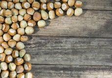 Avellanas frescas en la tabla de madera con el espacio de la copia Imagen de archivo libre de regalías