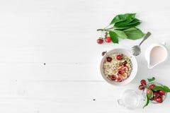 Avena con le ciliege, dadi, yogurt, copyspace, topview Immagine Stock Libera da Diritti
