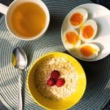 Avena di cereale sana con gli uova sode alla vista superiore della prima colazione fotografie stock libere da diritti